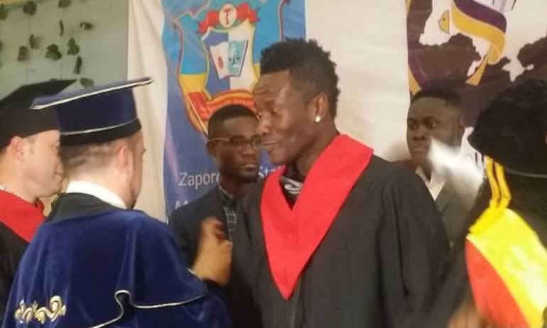 asamoah-gyan-recieves-doctorate-honours1.jpg